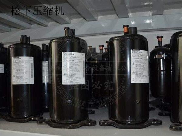 松下变频冰箱压缩机的主要特点是:由于制冷量可调节,使得冰箱的制冷量可以与冰箱的负载良好地匹配,避免无谓的能量消耗;同时松下变频压缩机原理决定了当冰箱所需制冷量较小时,压缩机可以低速运转,减少冰箱的启动次数。 松下冰箱的质量没的说,松下压缩机是非常有名的,在世界上,有很多品牌都在使用松下的压缩机,那么,哪些冰箱用松下压缩机,其中包括国际知名品牌西门子。 松下变频冰箱质量挺不错的,冰箱压缩机的转数是不固定的,温度高的时候转的快,达到尽快降温的目的,温度低的时候以最低转速运转,保持温度。没有瞬间启动的磨损,使